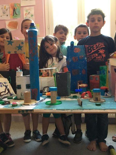 Les enfants des TAP de La Courbe ont créé une ville à partir de matériel de récupération à la manière de handerwasser. Elle s'appelle Cartonna.