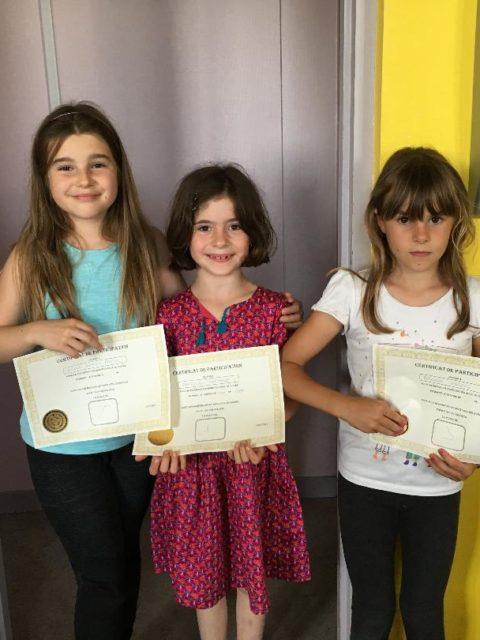 Félicitation à Clémence, Ayline et Roxane qui remportent le diplôme des enfants les plus volontaires de l'accueil périscolaire de la courbe pour la dernière période. Ce diplôme s'obtient avec un système de point lorsque les enfants participent à la vie quotidienne. Félicitations et merci à elles !