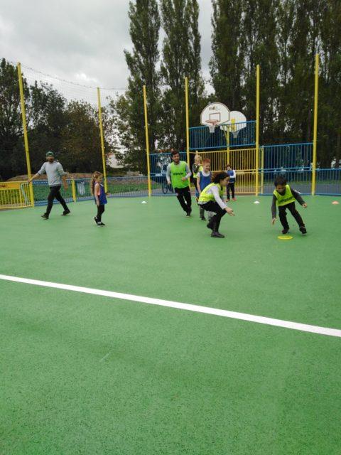 Partie d'ultimate Frisbee sur le city stade