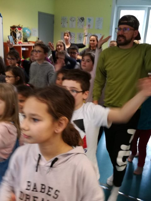 Les enfants du club, les zigotos et les juniors apprennent une chorégraphie sur la thématique de Bollywood pour le carnaval avec la professeur de danse Karine Salmon.