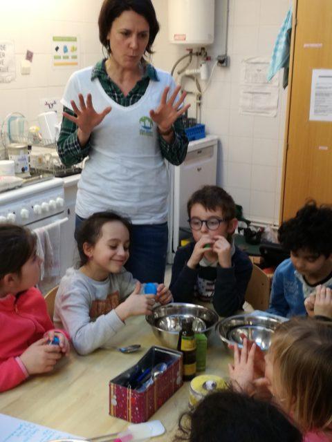 Mercredi, les Zigotos (6/8 ans) ont créé du baume à lèvres et du dentifrice naturel avec l'association Zéro Déchet pour les sensibiliser à une meilleure consommation.