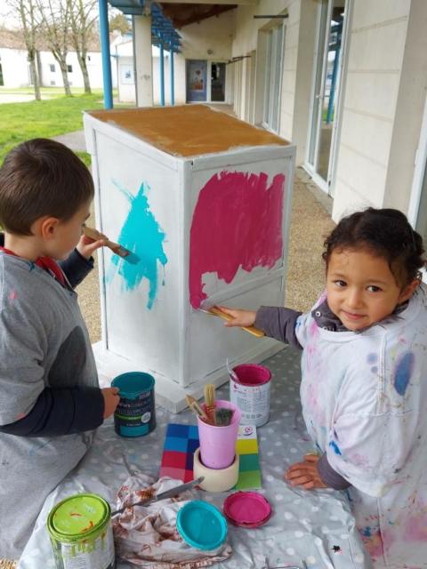 Mercredi, les Fripouilles ont peint la future boite à livre du Parc Jean Macé