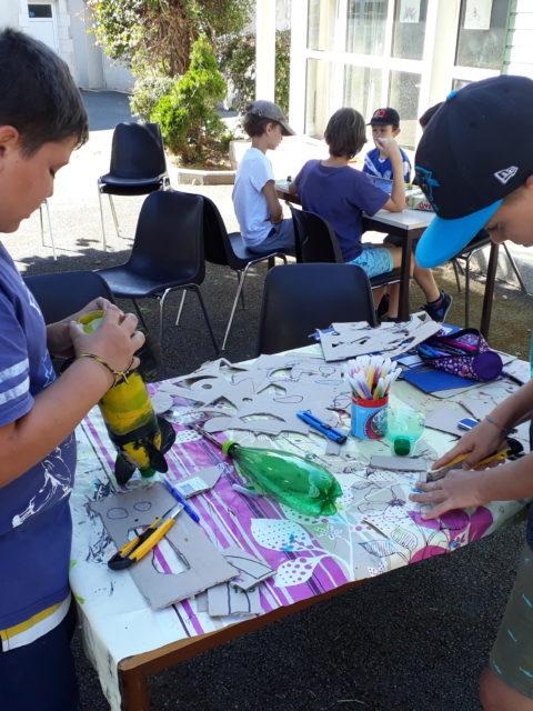 On prépare des fusées à eau chez les Juniors