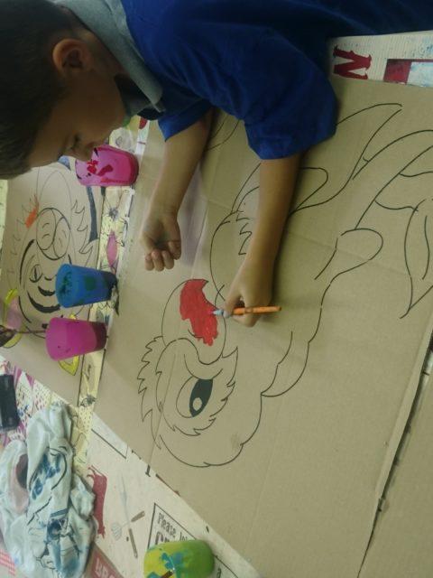 Atelier peinture chez les Zigotos ce mercredi avec Loukas, Hanae, Lise, et Awa en CP. On a terminé la fresque affichée dans la salle et on a peint les animaux de la jungle .. thème de l'année les mercredis chez les Zig.