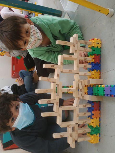 Jules et Laszlo font de la construction à l'accueil périscolaire de Jules Ferry