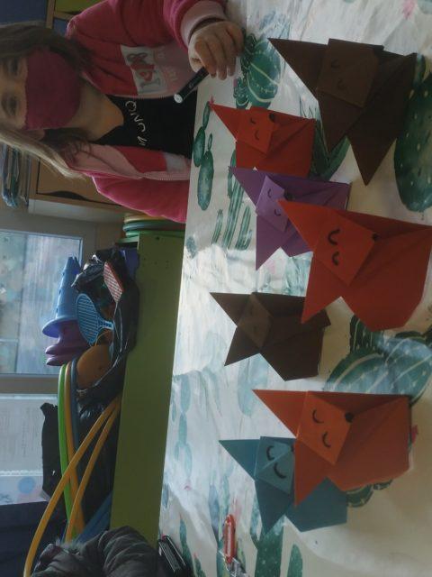 Atelier origami au périscolaire de Jules Ferry du matin, cette semaine la famille renards